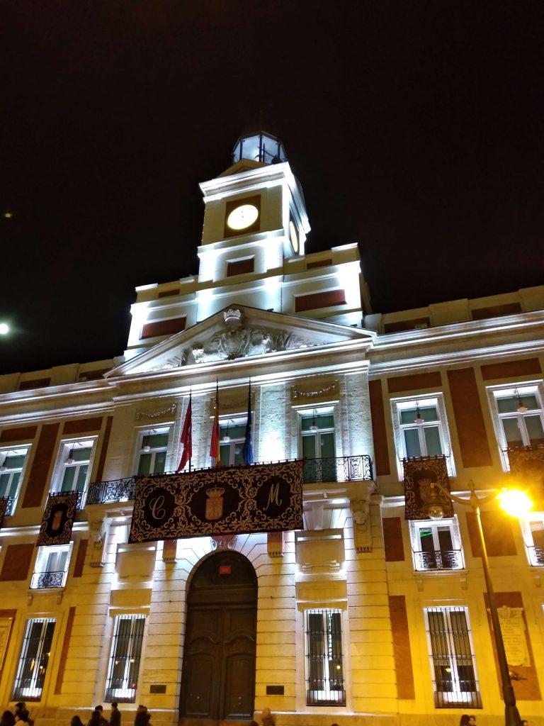 fotografia notturna palazzo illuminato
